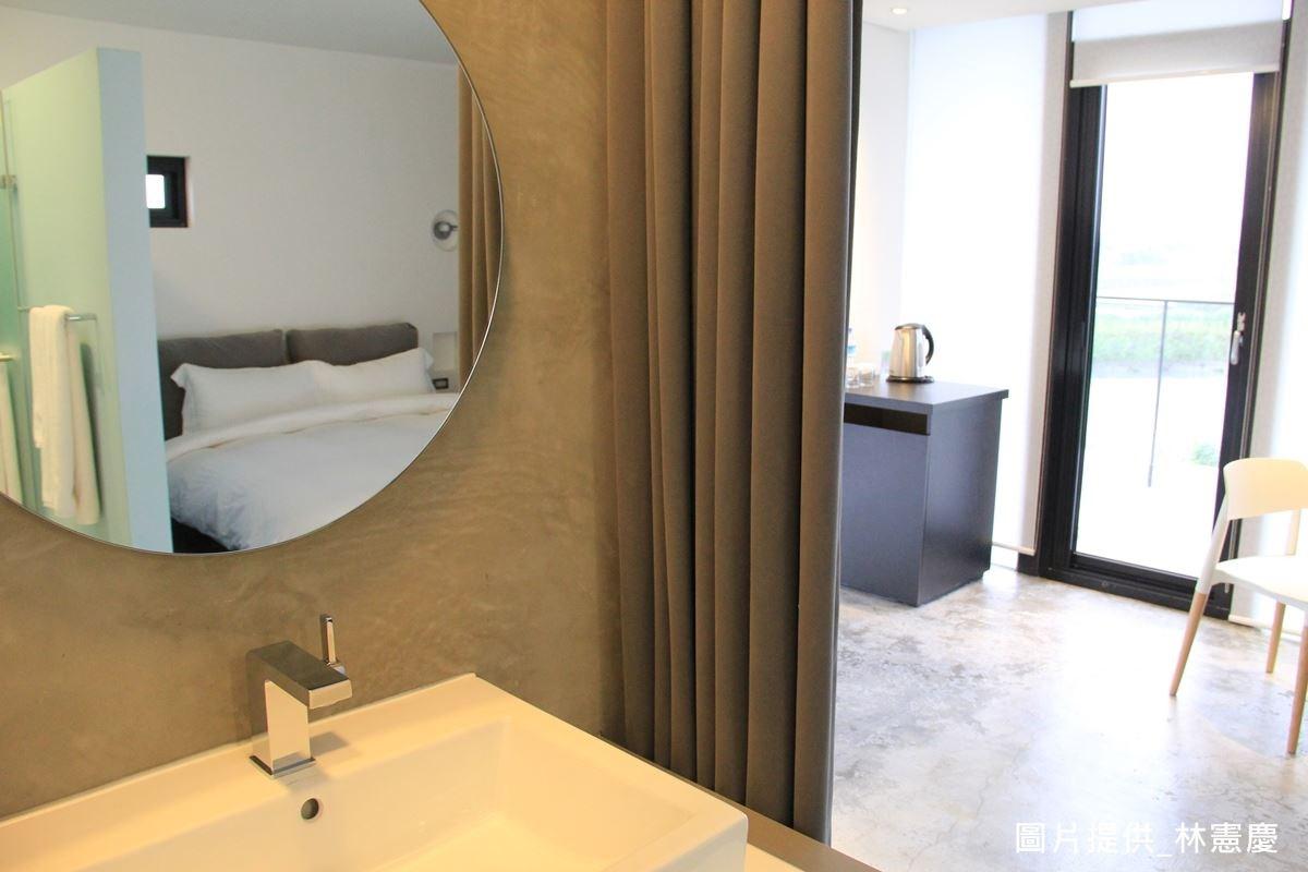 房間少了許多裝飾品,卻採用頂級寢具與沐浴用品,營造五星級的旅客感受;並在衛浴上做出領域分隔,將廁所、淋浴、泡澡三體明確區隔,目的就是為了給客人專心投入的生活體驗。