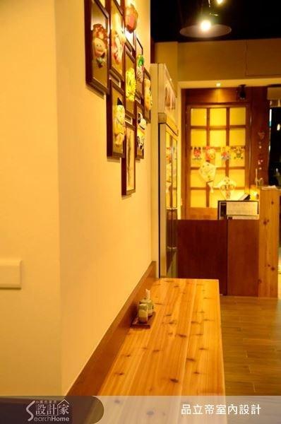 結合木質層板,作為用餐桌檯的延伸,讓 25 坪的室內空間,能夠更加靈活運用。