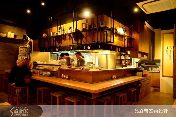開放式的廚房設計,讓廚師可以即時與來店用餐的顧客互動,日式風情的吧檯設計,展現出道地精準的日式風情。