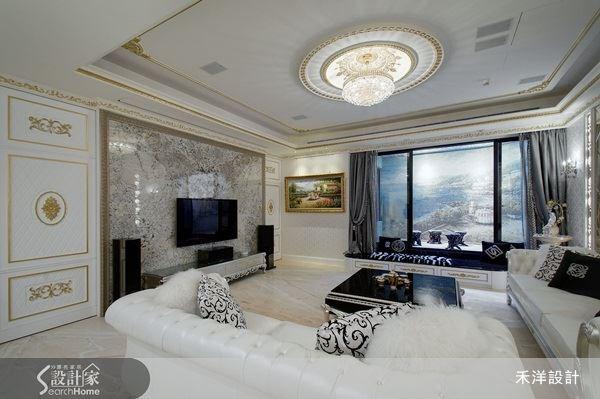 自然紋理的大理石電視背牆,營造出簡約又不失大器氛圍的客廳空間。