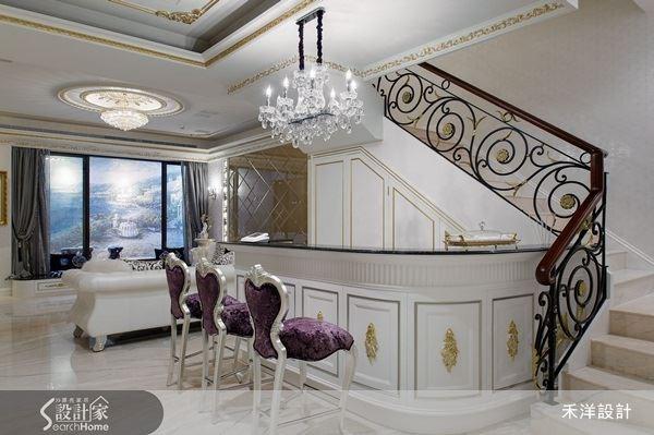 雕花鏤空的鐵件扶手,帶來柔美浪漫的特質,再結合格局特色,為屋主一家打造出精緻嫻雅又不失奢貴的吧檯空間。