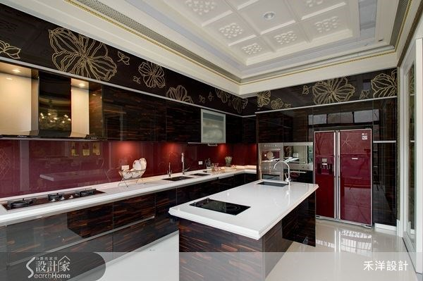 以深色系與酒紅為廚房主色,創造與其他公共空間不同氛圍的美學質感,再選搭中島,使廚房空間的機能更加豐富而完整。