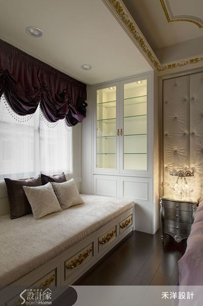 窗邊規劃有臥榻區,一旁則有收納櫃體,只要放上一些書籍,就能變身舒適的閱讀空間。