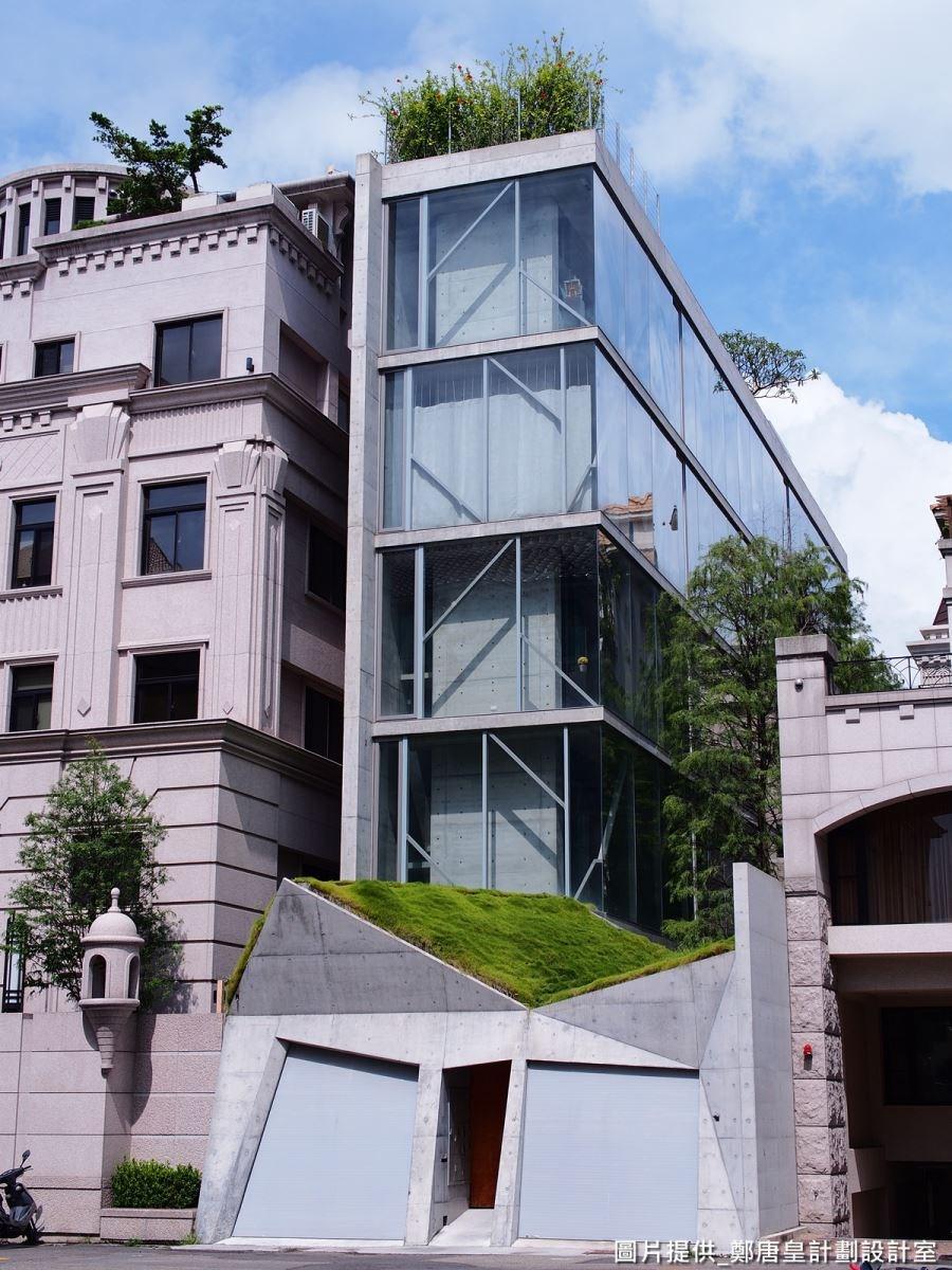 建築物原先為狹長屋型,設計師化劣勢為優點,創造結合藝術、自然的人文空間。