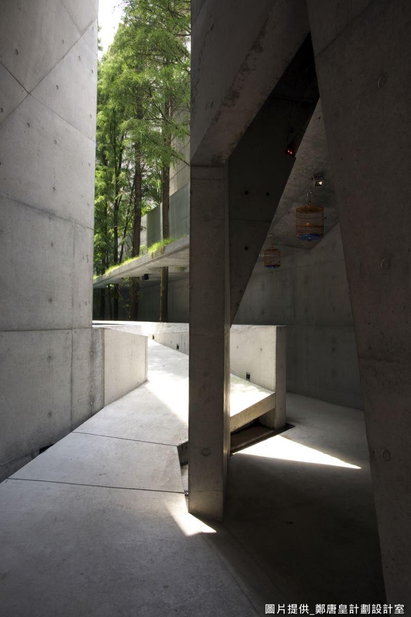 廊道設計像是自然小徑,呈現蜿蜒之美。