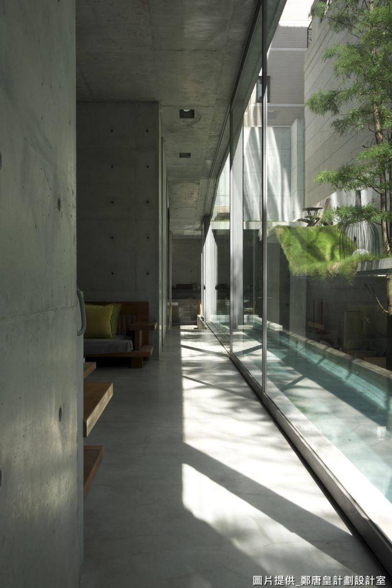 建築物以大面玻璃圍塑,讓陽光可灑進建物內每個角落,並讓水面有延伸變寬的錯覺,讓建築體深度加深、高度往上、立面變大,緩解昏暗、屋型狹隘的缺點。