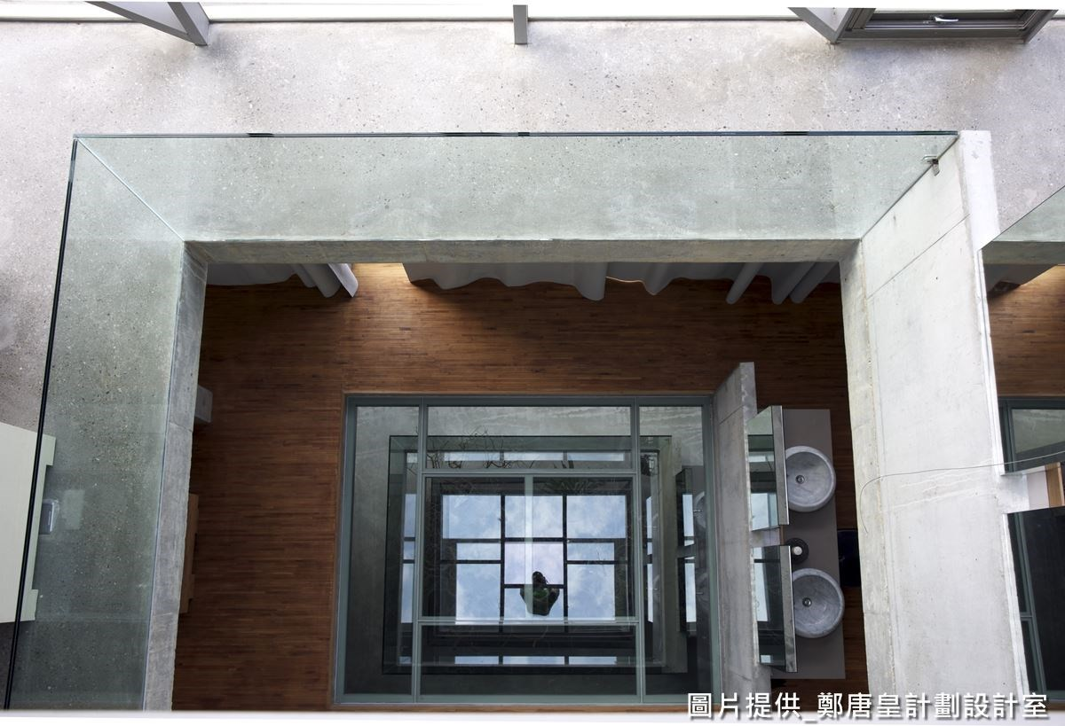 從天井往下看,還可看到木地板與水泥材質的交錯層次。