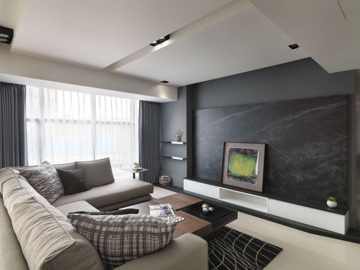 不同花色的抱枕,特殊紋路的地毯與電視牆,為乾淨的空間留下濃淡不一的筆畫。