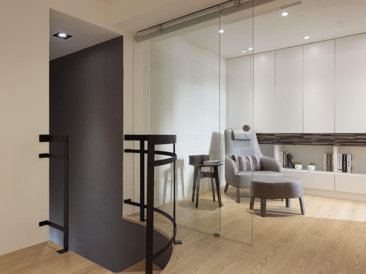灰色皮質的單椅,細膩溫潤,在書房釋放著專屬的舒適感。