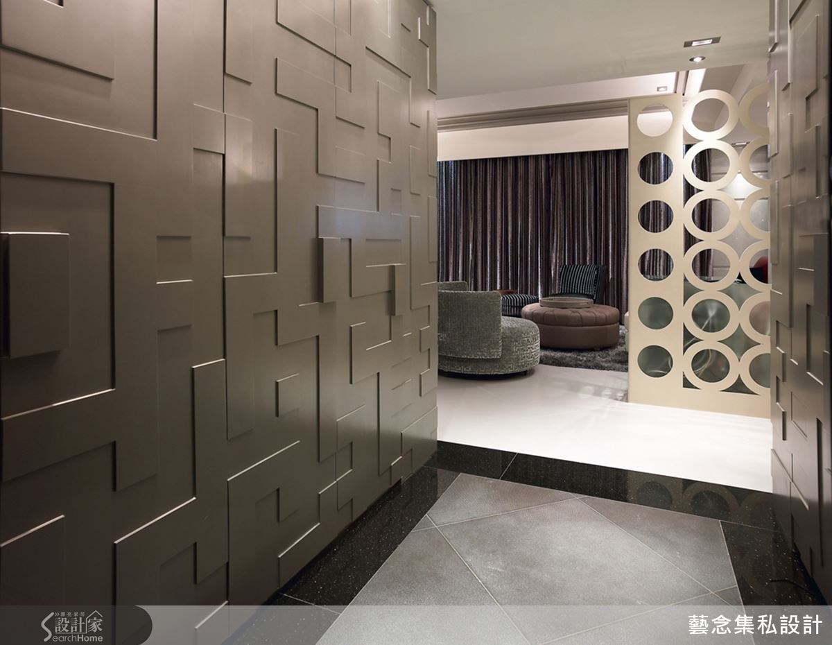 設計師在走道兩側以進口 PVC 搭配金屬條與美耐板,打造出獨具設計個性的質感,讓玄關區從門口就感受奢華時尚感。