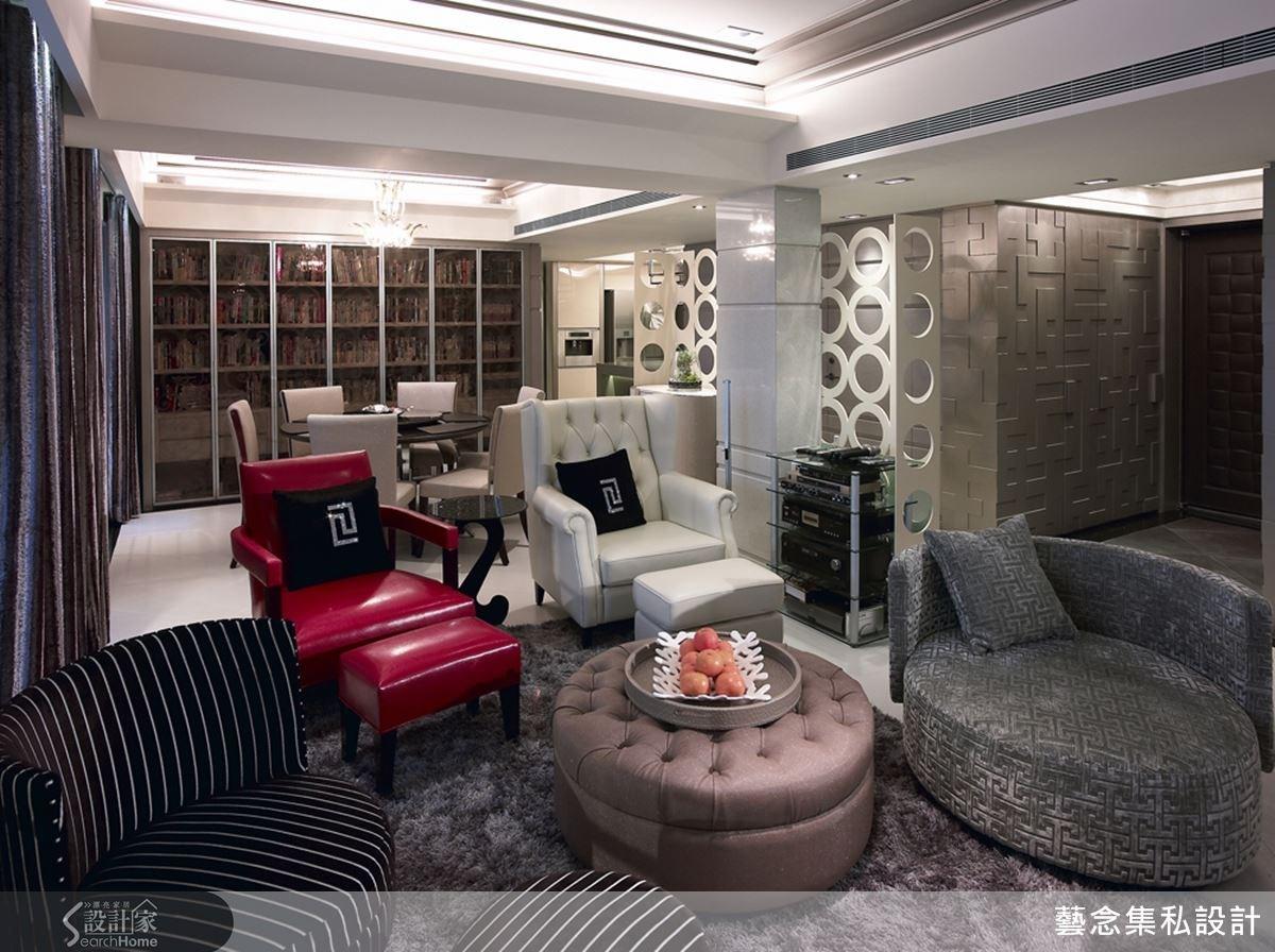 多種材質與造型各異的茶几和桌椅混搭,令人抗具的魅力風情,設計師在客廳後方的牆面設置整面的造型書櫃,將閱讀區的機能串聯到公共區域。