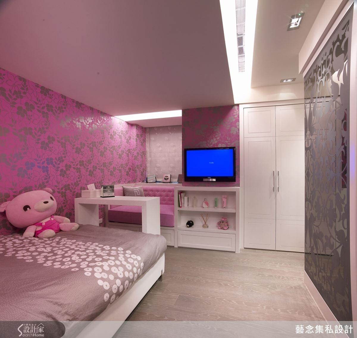 女兒房則以浪漫的粉紅色做主色調舖陳,透過結合繃布牆、壁紙與鏡面的設計,空間有多種層次感。