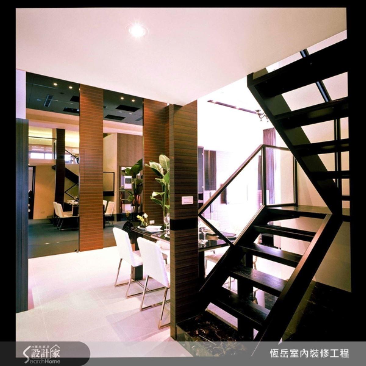 鐵件在居家設計中常帶來絕佳的反差效果,清玻璃的扶手與階梯的鏤空設計,讓視覺在空間中的穿透更加順暢。正在佈置或未來即將要佈置家裡的朋友,一定要試試鐵件的驚人效果。