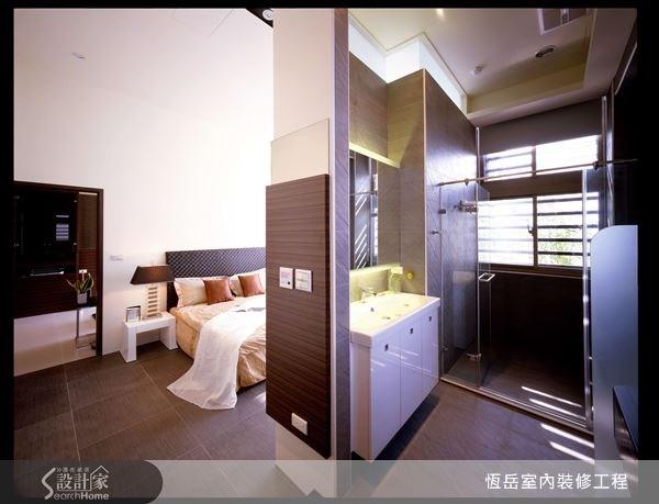 以深色打造淋浴空間,良好的通風環境讓維護浴室乾爽不潮濕。