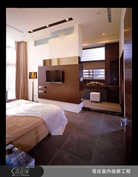 臥室與浴室採用相同地板材質讓視覺延伸拉長,中間以低矮的大理石門檻稍作區隔。