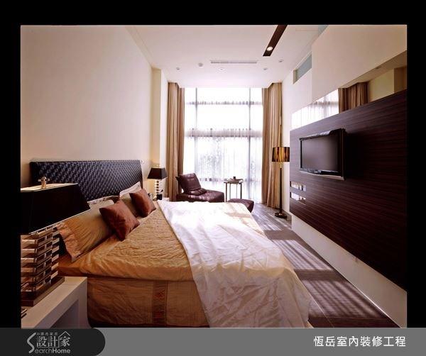 同色系的電視牆與床具,利用深淺兩色做搭配。