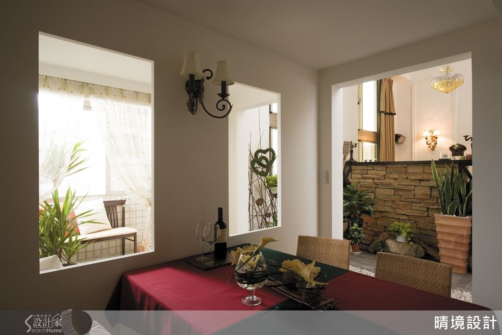 半開放式的用餐空間,透過窗景、壁燈與後方造景,一同打造美好的用餐時光。