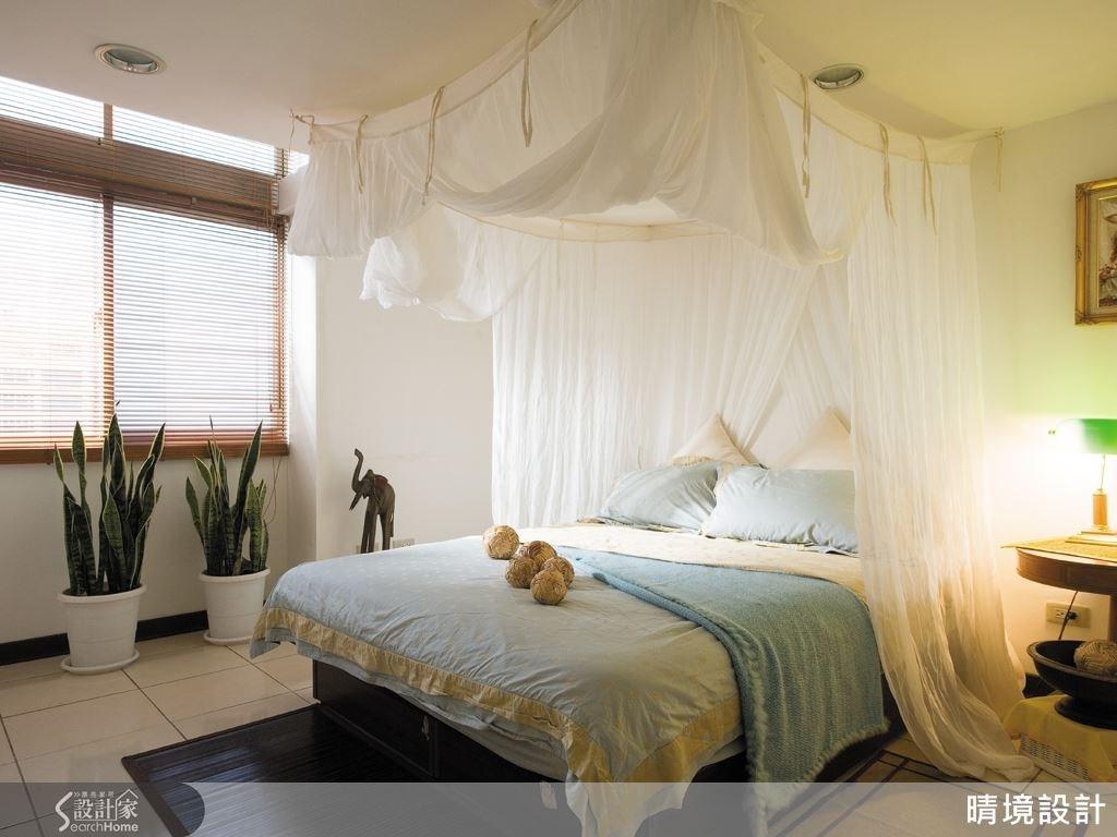 一席高雅的紗簾床,配上淺藍床組,光影灑落在紗簾上,營造出紓壓感的住臥空間。