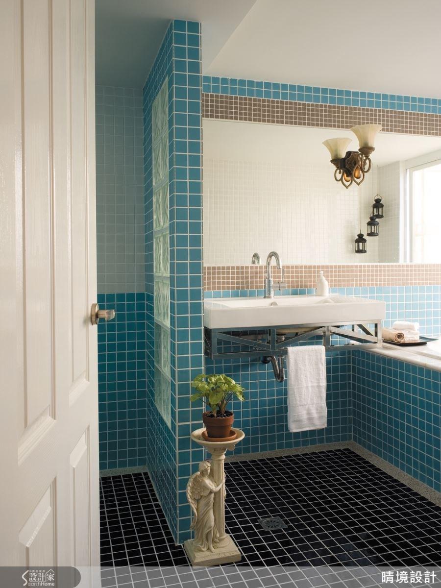 多色的馬賽克磚所鋪搭的衛浴空間,彷彿讓人來到度假勝地一般,豐富色彩所展現的爽朗氣息,正好適合工作忙碌的上班族,能在沐浴的時刻裡,找回與自己對話的私密時刻。