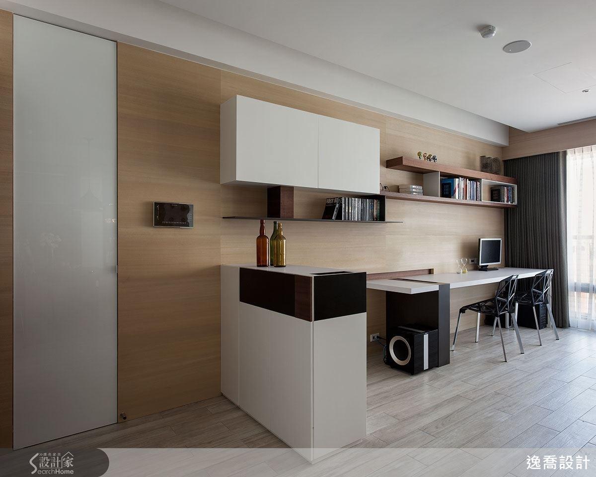 從玄關處進入的鞋櫃從不同的角度看有不同的樣貌,用自然拚的木紋拼貼層次感。