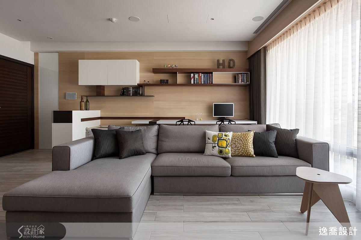 設計師將電表、電箱與管線等藏在書桌後的壁面中,最左邊的是白漆玻璃,其他部分則由六片木片組成,自然拚的紋理反而成為最具個性的造型,頗有設計感!
