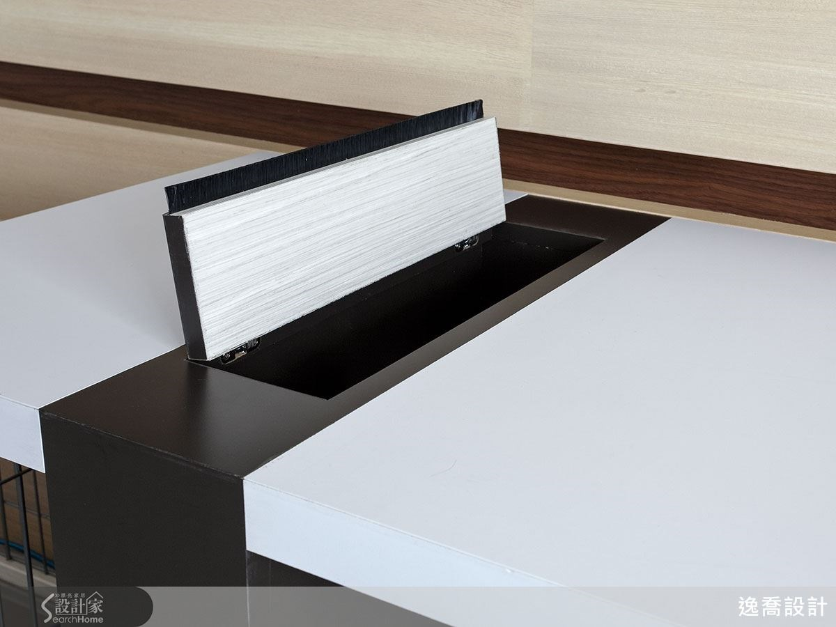 書桌的接縫處也能做集線盒用,蓋子上加入了毛刷條的設計,同時灰塵也不容易掉入。