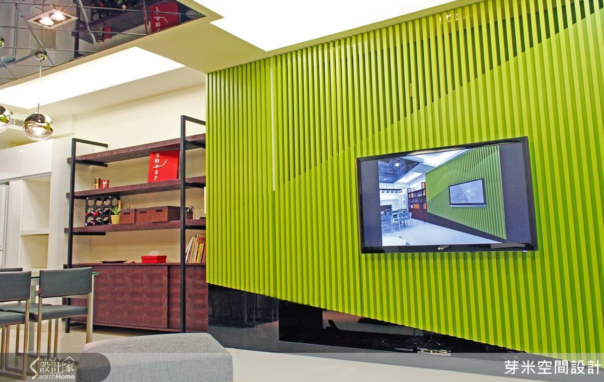 利用結構角材交錯拼接出造型搶眼的電視牆,斜面不但展現完美的黃金比例,並蘊含強大機能收納空間,搭配雙色橄欖綠烤漆及黑色烤漆玻璃,讓人眼睛一亮。