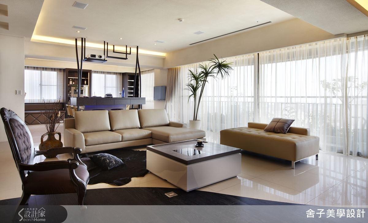 簡潔洗鍊的設計線條,配上大方高雅的家飾品,再以落地窗引入自然光,明亮的空間感,烘托出寬敞大器的現代風美宅。