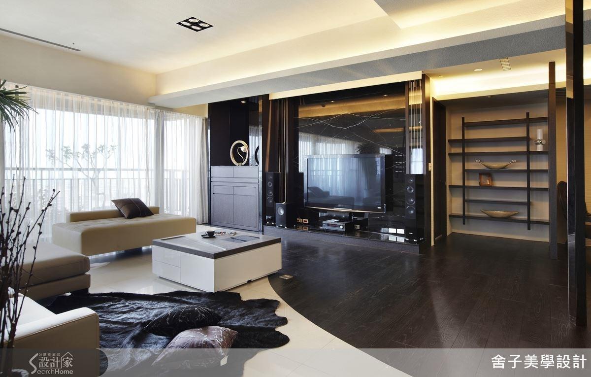 挑選內斂奢華的石材為電視背牆,客廳地板則運用建材的色調、屬性來進行拼貼,打造出具有時髦氣息的絕美客廳。