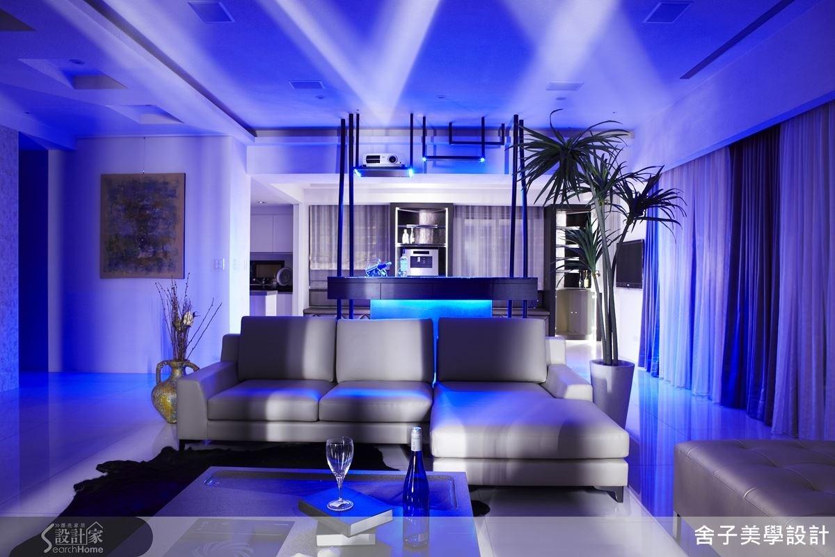 透過燈光的神奇效果,勾勒出日夜不同面貌的風格居家,當夜晚來臨,開啟燈光的剎那,家也能變得浪漫又有情調。