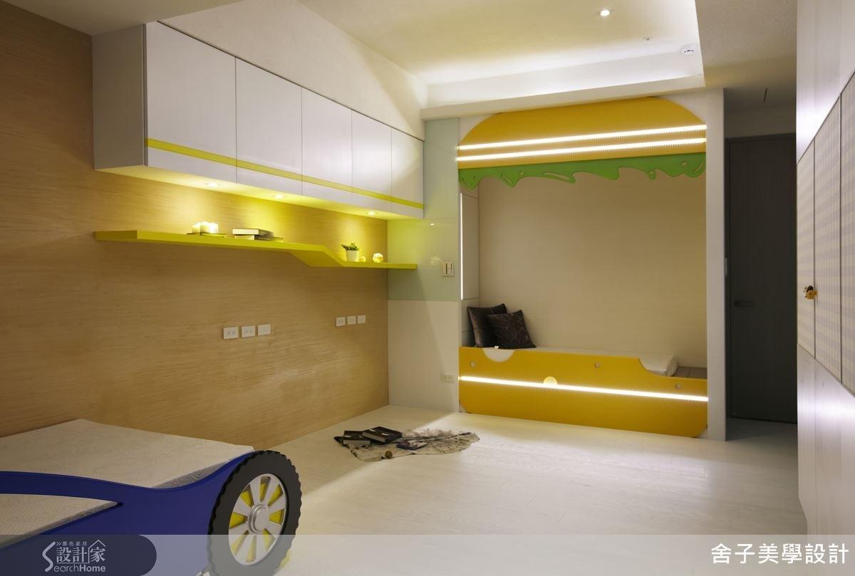木質紋理的壁面,讓人感受到濃厚的溫馨感,流線的層板,可擺放模型,打上燈光後,就是小朋友的專屬藝廊空間。另外更在兒童房設計賽車等趣味造型的床組,使小朋友樂在其中。為了避免小朋友在家奔跑時發生碰撞受傷,以簡約的線條設計為主,創造出屬於兒童的歡樂園地。