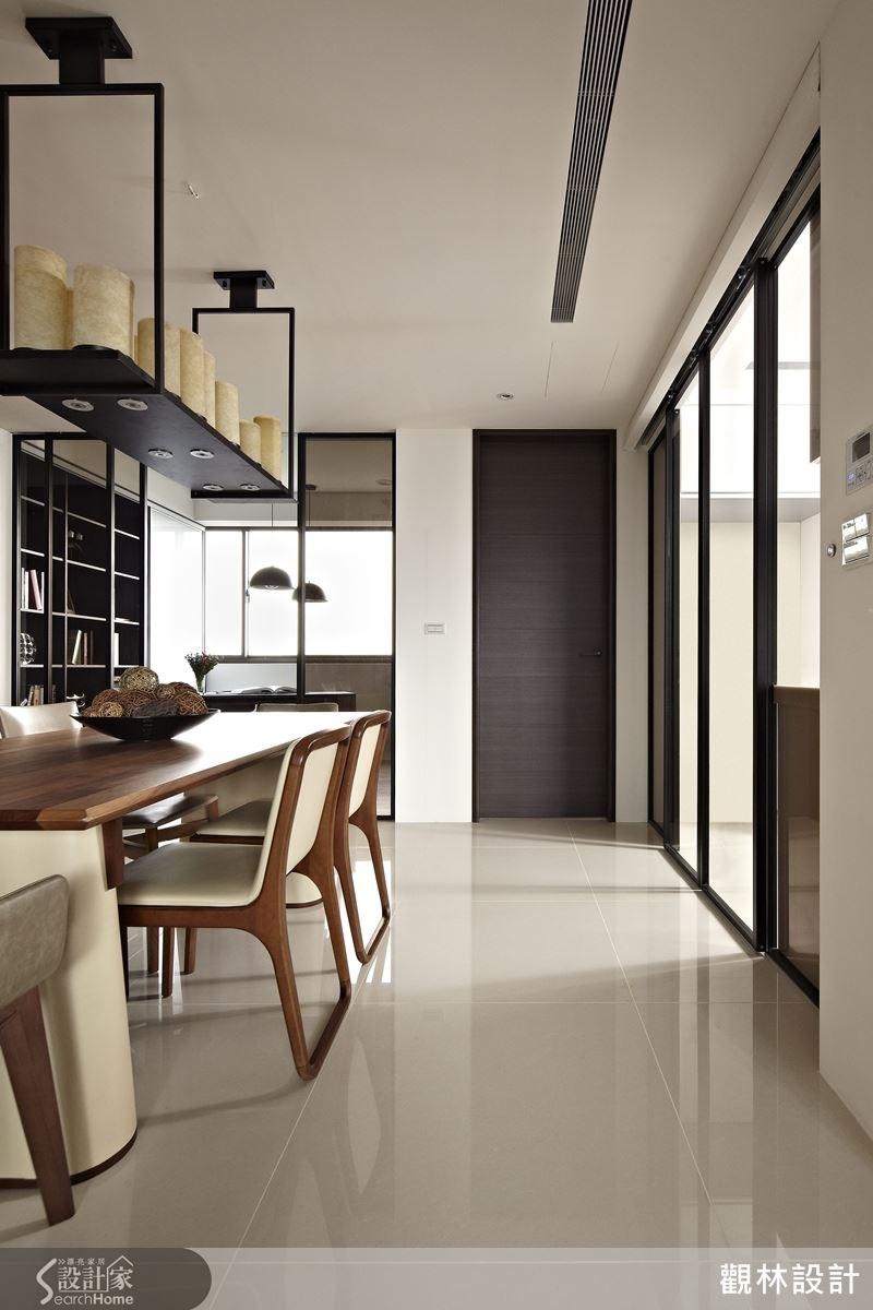 玻璃材質的拉門讓空間光線更能流通,廚房與餐廳之間的隔門也採用腳踢開關設計,方便進出。
