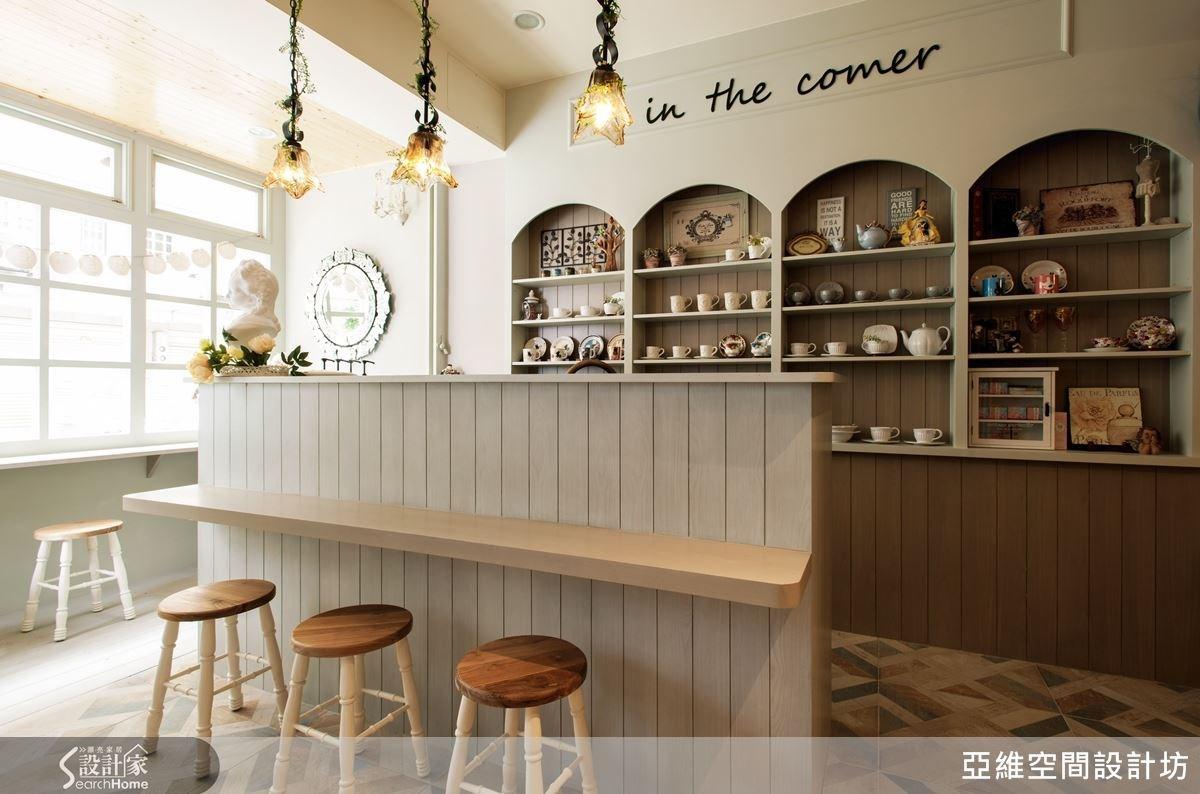 咖啡吧檯的細膩設計,引申具法式鄉村經典的語彙、線條、比例,後方陳列飾品與咖啡杯組,咖啡杯組在陳列上,主要供給熟客使用。