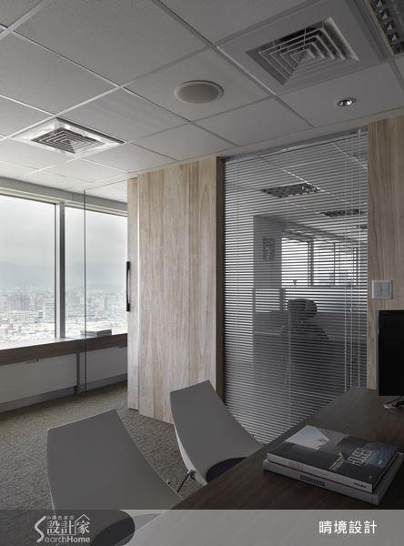 木質紋理的壁面,為辦公室空間帶入了溫潤而柔和的空間感。