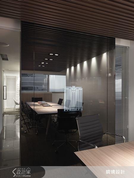 透過玻璃帷幕與鏡面的穿透特質,讓會議室的空間帶有延伸感,反射的視覺特性,更使空間有放大效果。多種材質的混搭,為會議空間增添出時尚的美學氣息。