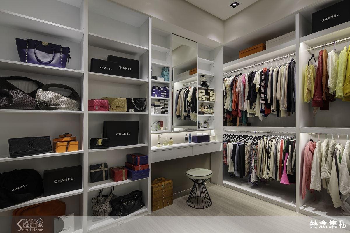 更衣間不僅有著大容量的衣物空間,更採用如同精品店般的開放櫃體設計,還在梳妝台配置可將彩妝、保養品分門別類的置物檯面,精心的規劃滿足了每個女人的夢想!