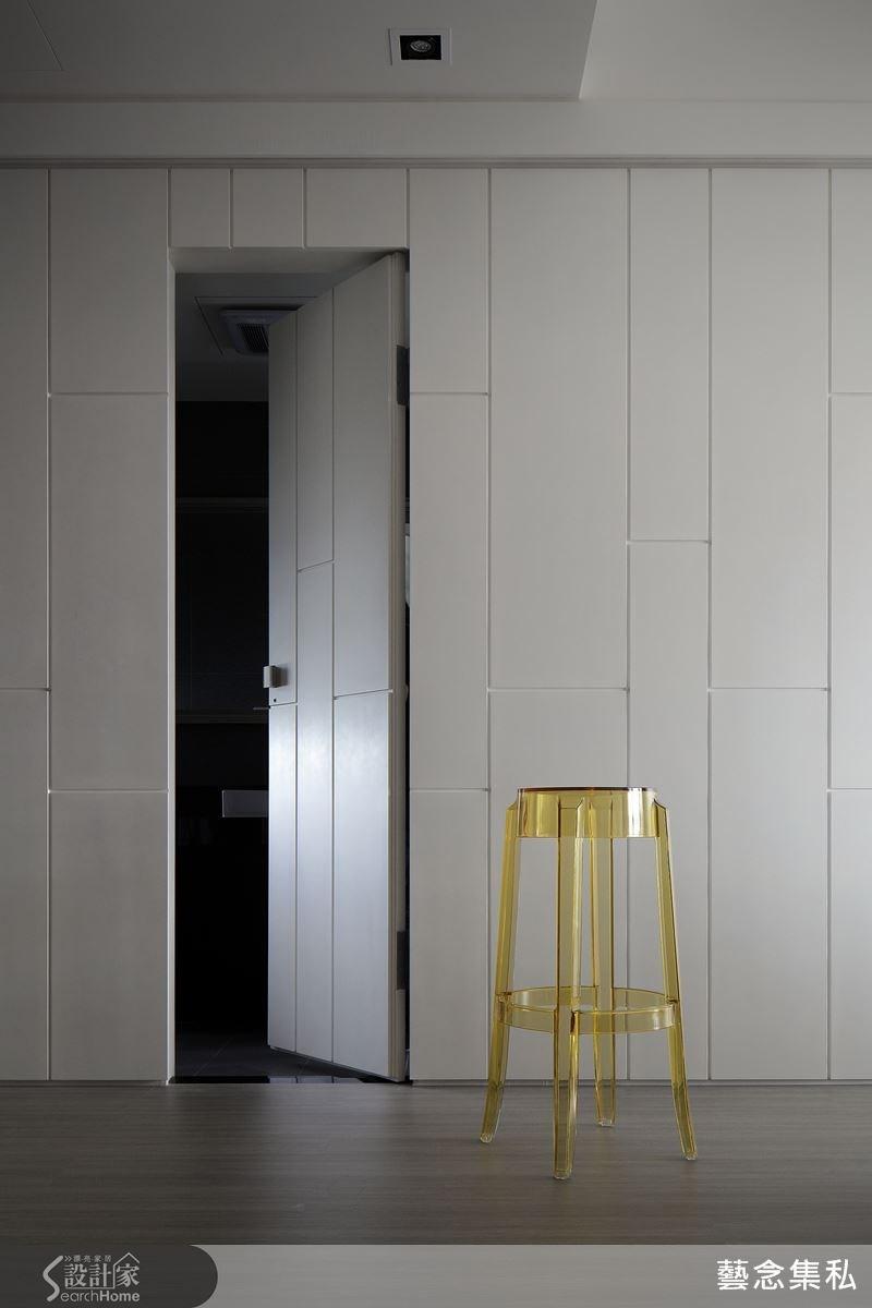 這是主臥浴室的隱藏門片,設計師將隱藏式設計藏於造型中,別緻而美觀的規劃。
