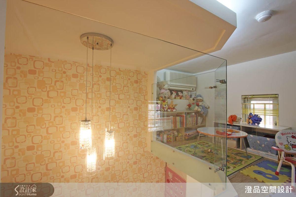 臥室區域採取夾層式設計,搭配清玻璃打造安全的睡眠空間,而垂吊式造型主燈更增強了空間的挑高氣勢。
