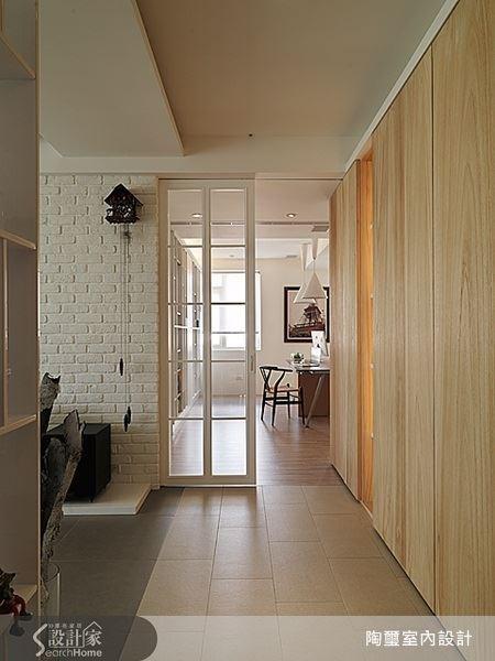 通過廊道底端的白色格柵門,就是屋主的工作室。桌椅的巧妙安排,讓人從門外可以看見空間,卻不會直接打擾內部的使用者。