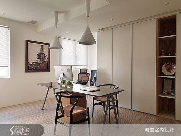 簡單而富有質感的桌椅搭配容量充足的收納櫃,讓屋主可以在此放鬆心情專注工作。