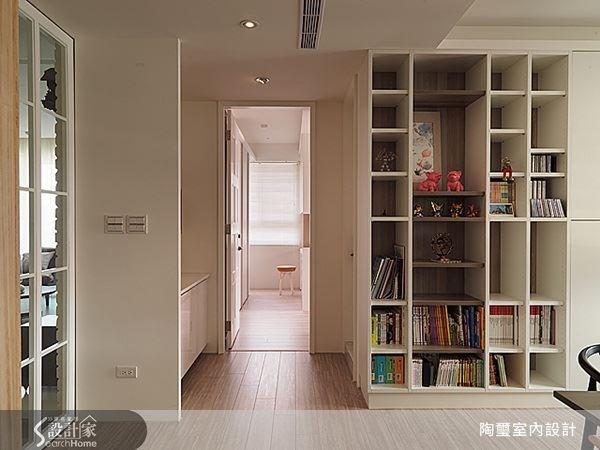 從工作室通往主臥室的過道中間,即是主臥衛浴的位置。便利的動線讓生活品質更提升。