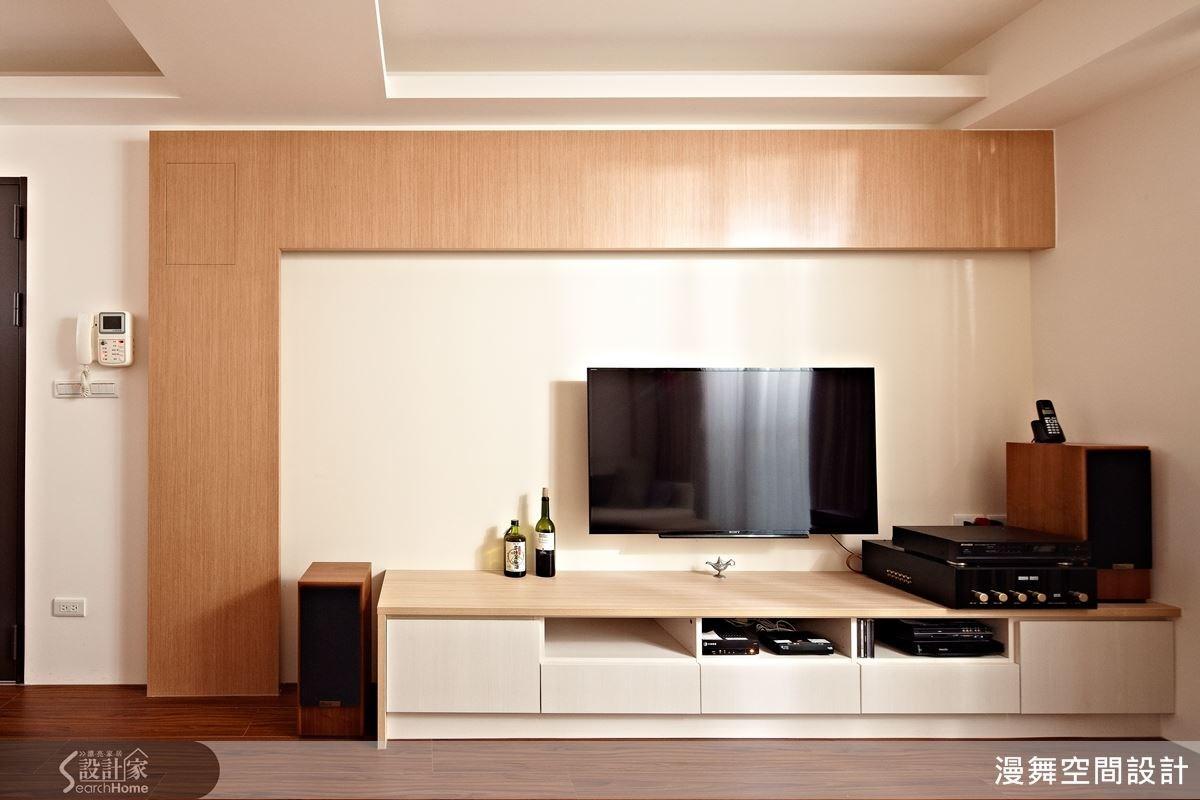 利用木皮擋住原本的假樑,如同積木般的不對稱設計,用簡單的輪廓就能讓這個電視牆變得獨一無二,美觀且實用。