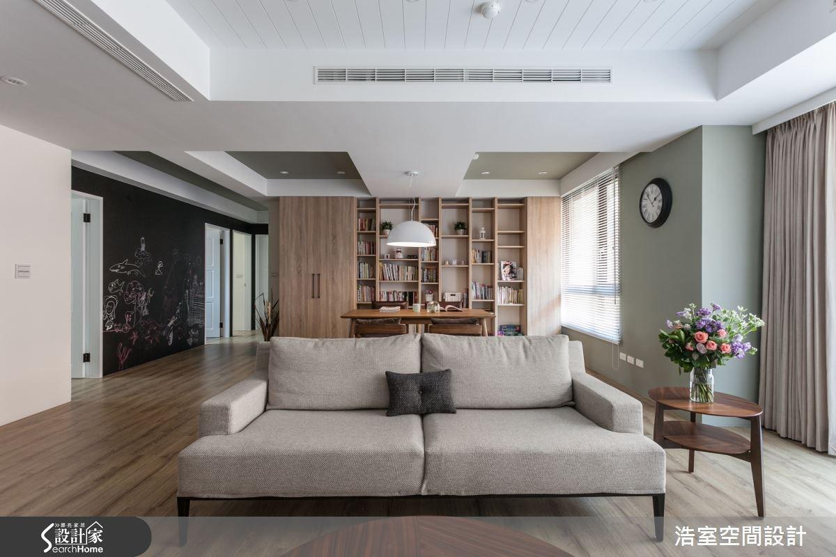 整片的落地窗使空間顯得開闊且明亮,沙發後方的區域除了做為餐廳區使用,也因展示櫃的設置,而有了閱讀與工作的多重機能,讓空間的使用效益發揮到極致。