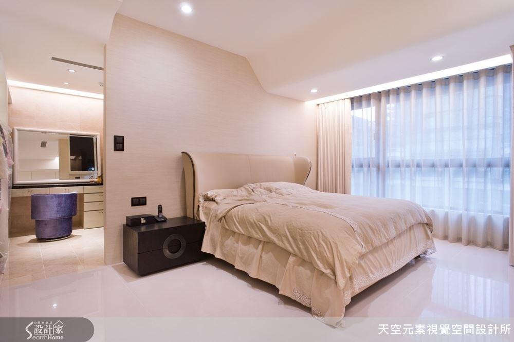 主臥房也以乾淨俐落的白色調規畫,搭配天花板的線條,呈現另一種現代感。