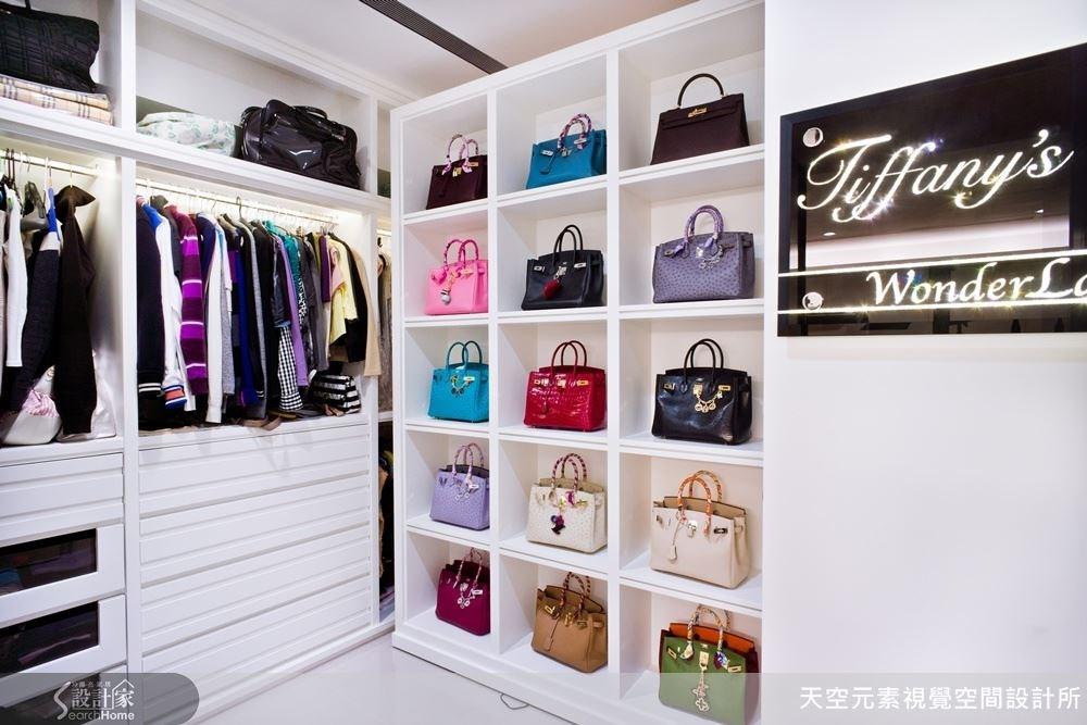 將機械結構的設計帶入了更衣室內,讓鞋櫃與包包櫃可以旋轉展示的設計,不僅是方便拿取,更展現十足的奢華感。
