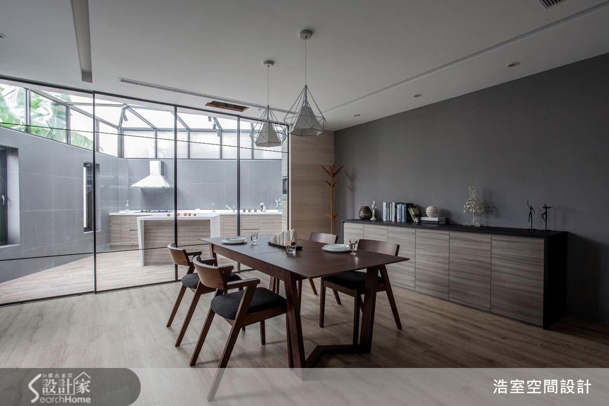 有整片的落地窗餐廚空間,能同時顧及採光與隔間功能,半開放式的設計更多了點歐美式的時髦。具有質感的深色牆壁配上沒有多餘設計的空間,顯得寬敞又大器。