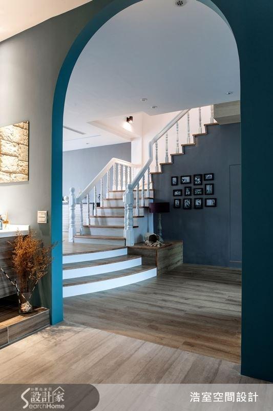 拱門加上樓梯,這樣具開闊感的設計,也唯有在大坪數的精品宅中才能辦到。在帶有一點新古典的華麗之中,以地中海風情的蔚藍點綴,讓人一進入家中玄關,心情就不知不覺地放鬆了。