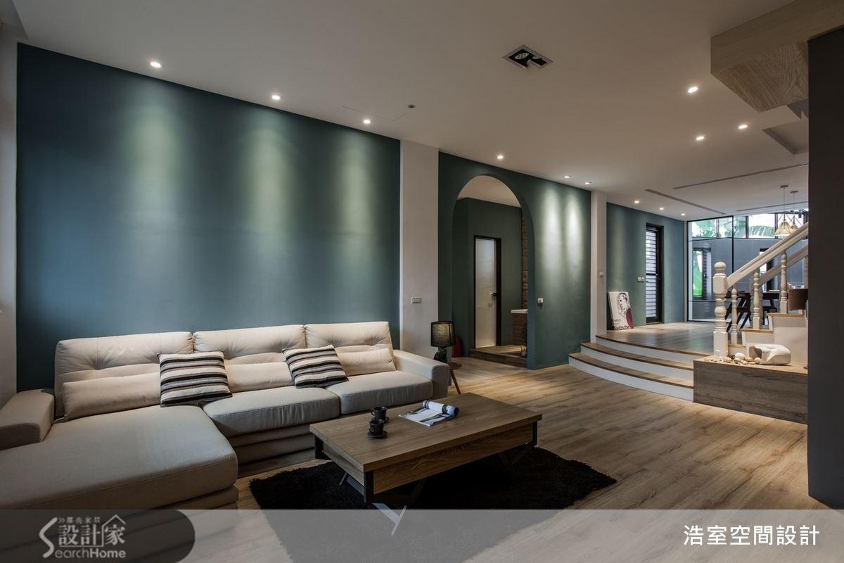 公共空間採用獨特的藍綠色,不斷延伸至餐廚區前方的樓梯,頗具氣勢。也讓人聯想到綿延不斷的海天一線風光,配上白色的沙發與橫條紋的靠枕,對比的配色馬上令人覺得眼睛一亮。
