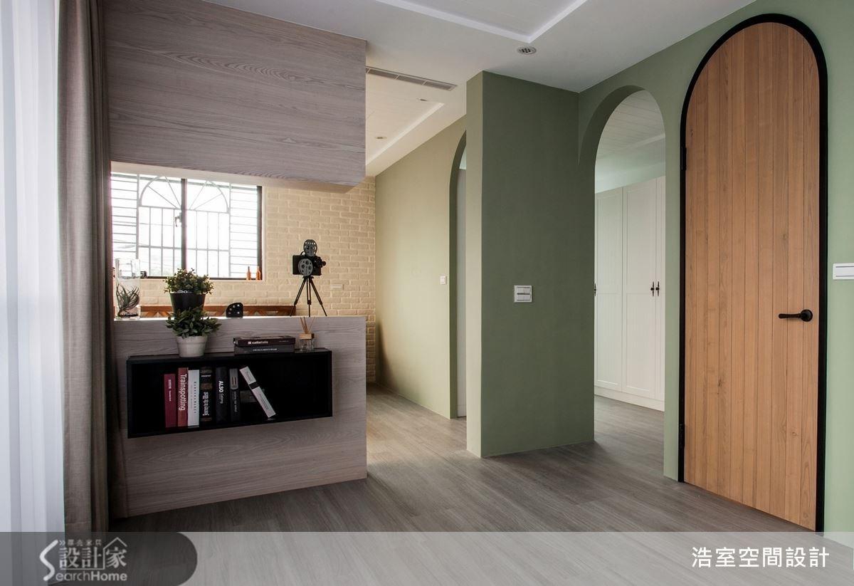 草綠色的牆面和淡黃色的磚牆,配上木頭色的吧檯,活潑可愛的氛圍彷彿讓人以為來到了民宿,兩個拱門形狀的出入口和活潑的設計相輔相成,但黑色的門把和門框則成功平衡了整個空間的輕盈感。