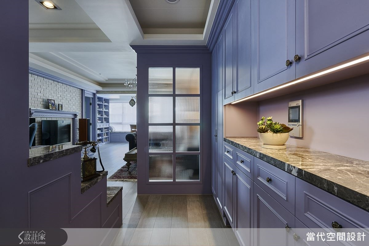 玄關右側安排了充足的收納櫃,中段鏤空搭配燈光更顯設計質感。
